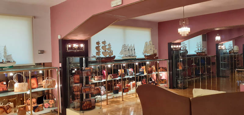 Women handbags display in gallery 01