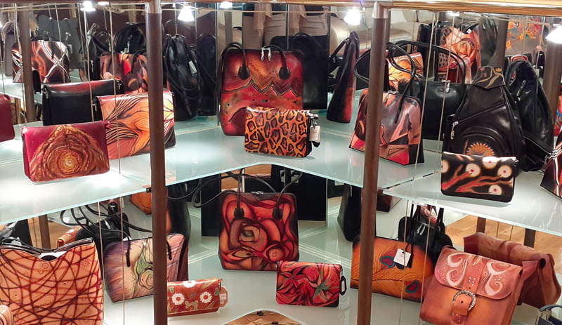 Women handbags display in gallery - 03