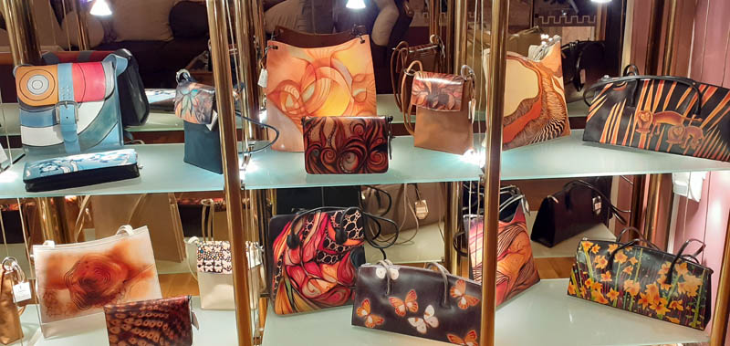 Women handbags display in gallery - 05