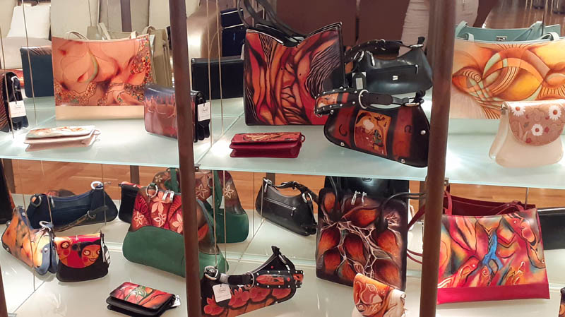 Women handbags display in gallery - 06