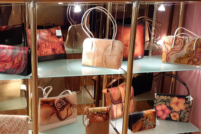Women handbags display in gallery - 07