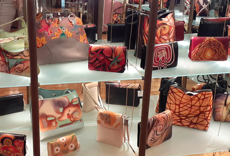 Women handbags display in gallery - 09