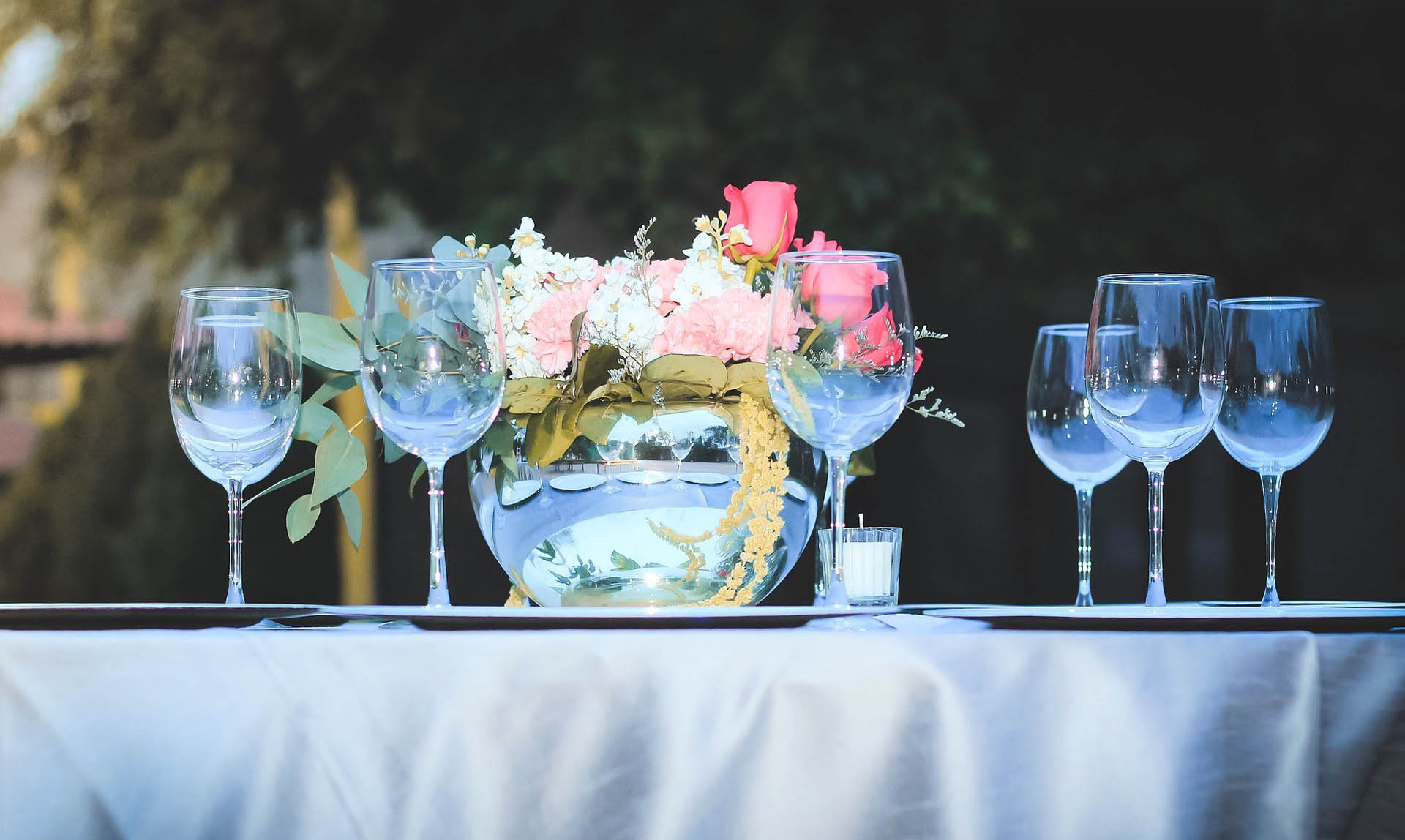 Decoration table with glasses and flowers